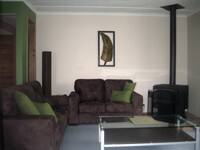 Fern Gully Hideaway Pic 1 - Cosy lounge room with comfortable seating for 6
