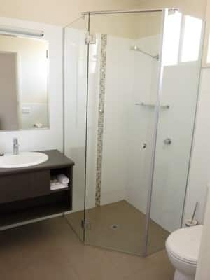 Loddon River Motel Pic 5 - NEW fully refurbished ensuite in the Deluxe Room