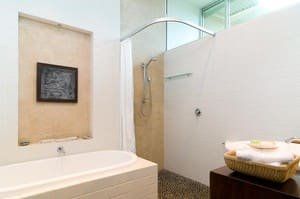 LakeSong - Pet friendly Accommodation Pic 5 - Bathroom with deep soaker bath